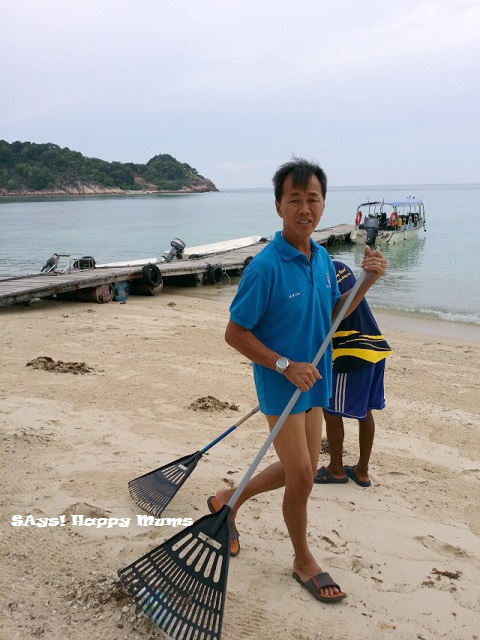 AB, the resort owner, led his workers to sweep the beach in the late afternoon.