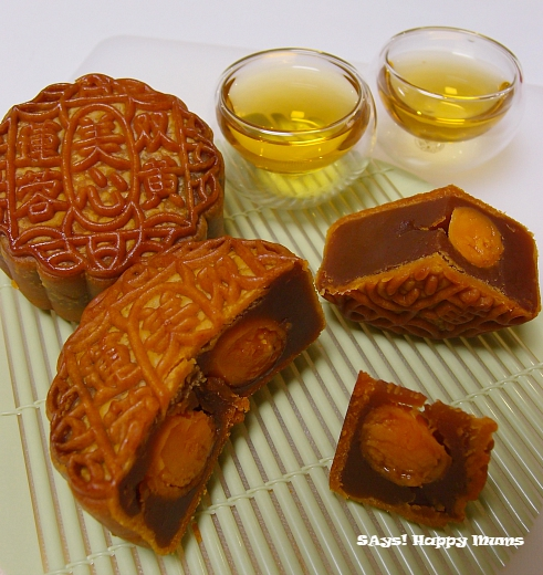 *Lotus Seed Paste with Double Yolks* 双簧莲蓉月饼